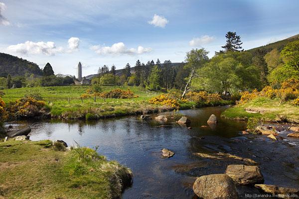 На маршруте можно посмотреть древние башню и кладбище, долина Глендалох / Фото из Ирландии