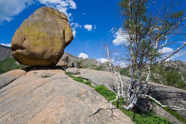Огромный камень на вершине скалы в национальном парке Горхи-Тэрэлж / Фото из Монголии
