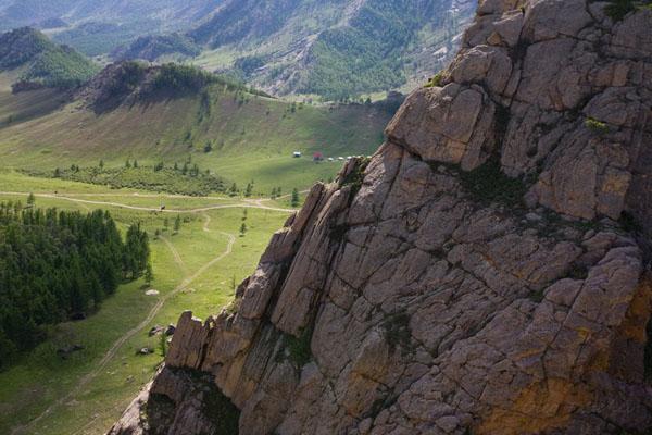Горный массив окружает долину отвесными стенами, парк Горхи-Тэрэлж / Фото из Монголии