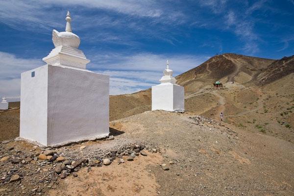 Ступы рядом с горой Баянзурх, Монголия / Фото из Монголии