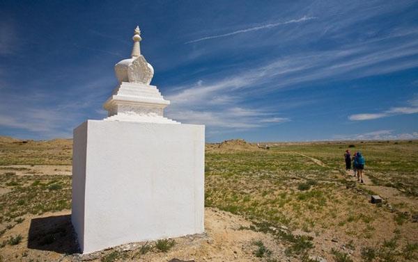 Ступы вдоль тропы в Шамбалу по пустыне Гоби, Монголия / Фото из Монголии