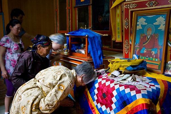 На алтаре портрет Данзанравджа, монастырь Хамарин-Хид / Фото из Монголии