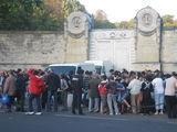 Социальная служба раздает бесплатную похлебку у входа на кладбище Пер-Лашез  / Франция