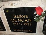 Вокруг доски с именем Айседоры Дункан – слова благодарности от поклонников ее таланта / Франция