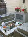 Могила Джима Моррисона всегда в цветах  / Франция