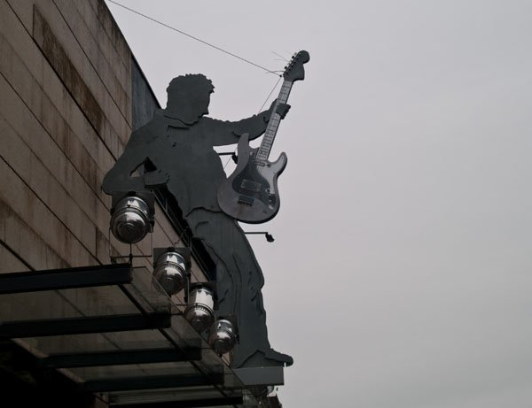 Вход в музыкальный клуб в центре Лиепаи / Фото из Латвии