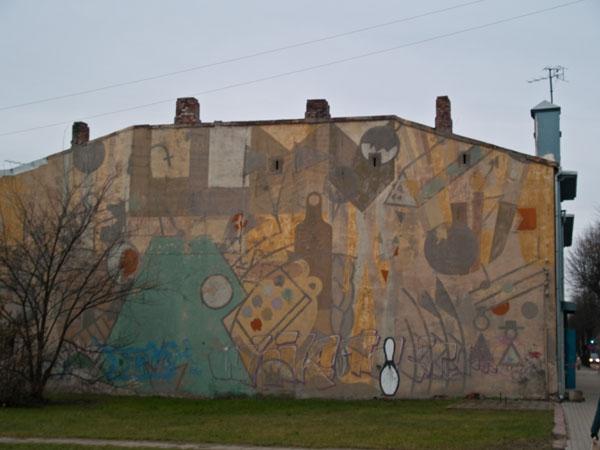Разноцветное граффити на доме в Лиепае / Фото из Латвии