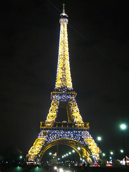 Мерцающие огни на Эйфелевой башне - символе Парижа / Фото из Франции