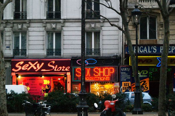 Типичные заведения на бульваре Клиши, Париж / Фото из Франции