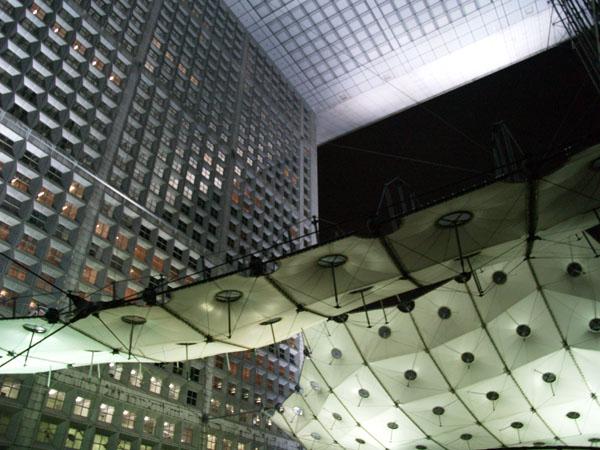 Фрагмент Большой арки Дефанс в Париже / Фото из Франции