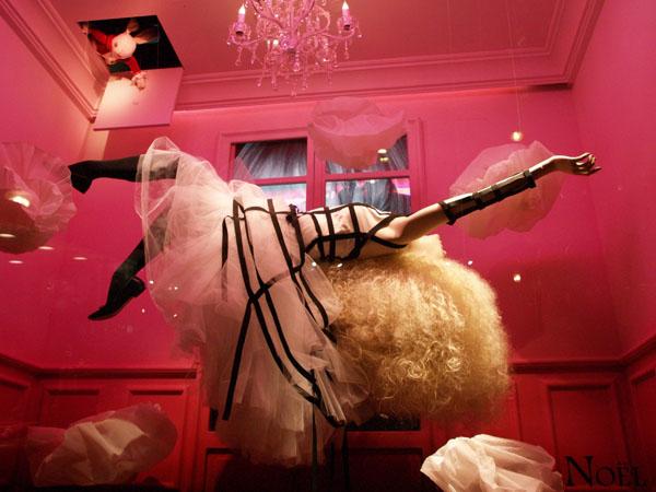 """Белый кролик подсматривает за Алисой в витрине """"Галерей Лафайет"""", Париж / Фото из Франции"""
