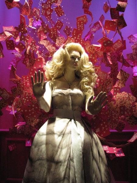 """Алиса в витрине универмага """"Галереи Лафайет"""" в Париже / Фото из Франции"""