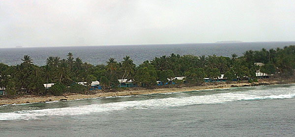 Самолет заходит на посадку над Фунафути, Тувалу / Фото из Вануату