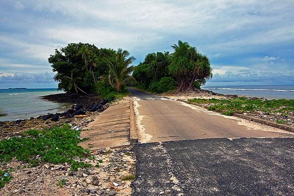 На острове Фонгафале иногда помещается только дорога, Тувалу / Фото из Вануату