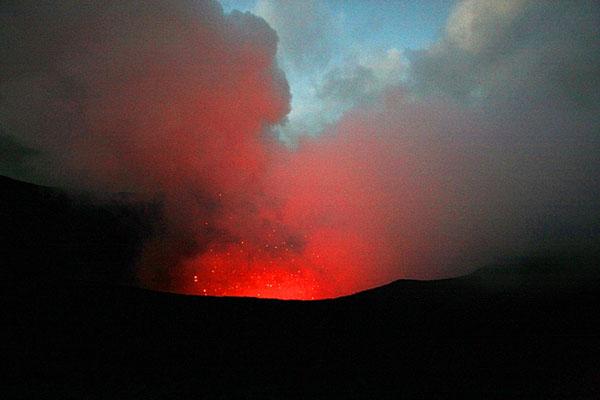 К жерлу вулкана Ясур можно подойти совсем близко, Вануату / Фото из Вануату