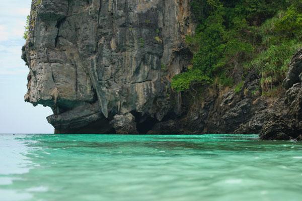 Отвесные скалы у пляжа в заливе Нуи, остров Пхипхи-Дон / Фото из Таиланда