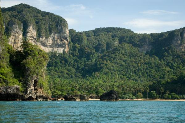 Пляжи полуострова Раиле окружают отвесные скалы / Фото из Таиланда