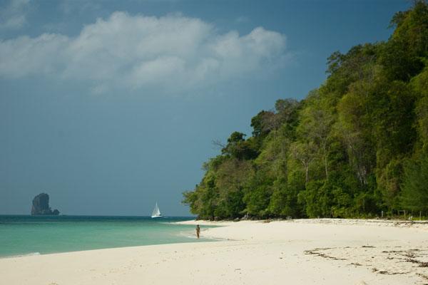 Почти весь остров Пода можно обойти по белоснежному песку / Фото из Таиланда