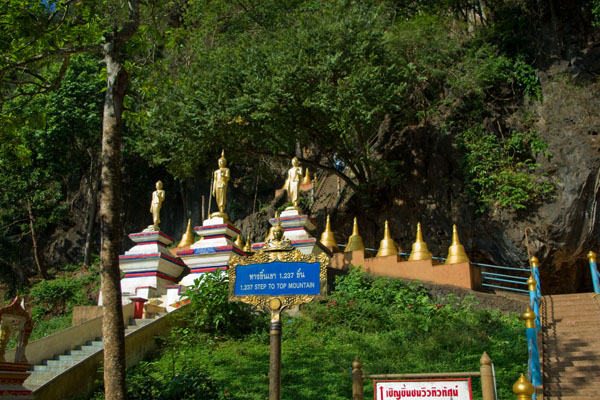К храму на вершине скалы ведет 1237 ступеней, Ват-Тхам-Суа  / Фото из Таиланда