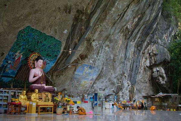Ват-Тхам-Суа - одна из популярных достопримечательностей Краби / Фото из Таиланда
