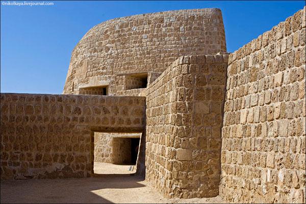 Крепость Калат-аль-Бахрейн - португальский форт XVIII века / Фото из Бахрейна