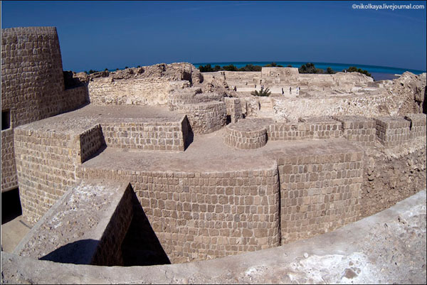Стены крепости Калат-аль-Бахрейн / Фото из Бахрейна