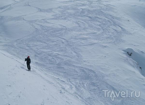 Горнолыжник выбирает спуск по целине / Фото из Франции