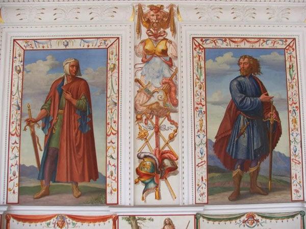 Портреты и незатейливые украшения стен, замок Амбрас / Фото из Австрии