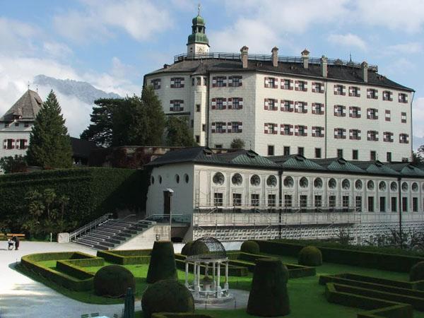 Замок Амбрас к югу от центра Инсбрука / Фото из Австрии