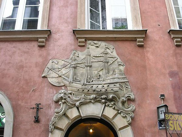 Некоторые украшения пережили века и установлены на восстановленные дома, Варшава / Фото из Польши