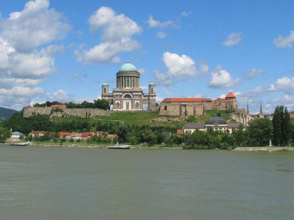 Вид на базилику Святого Адальберта из словацкого городка Штурово / Фото из Венгрии