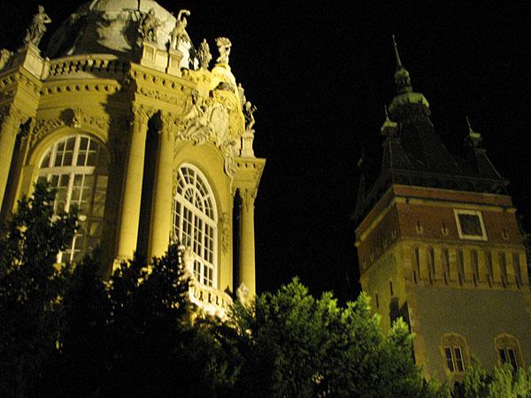 Фасады замка Вайдахуняд вечером, Будапешт / Фото из Венгрии