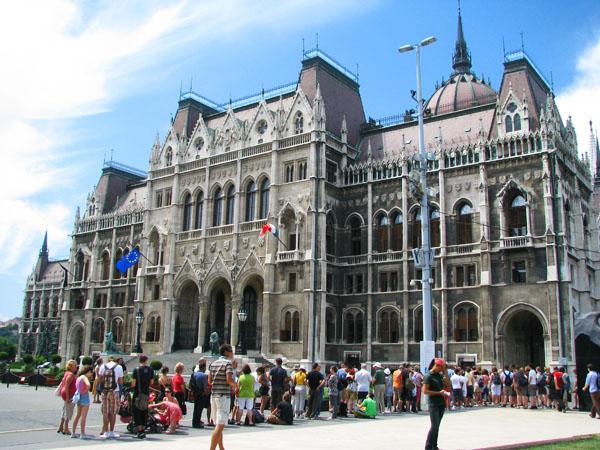 Очередь желающих увидеть интерьеры Парламента, Будапешт / Фото из Венгрии