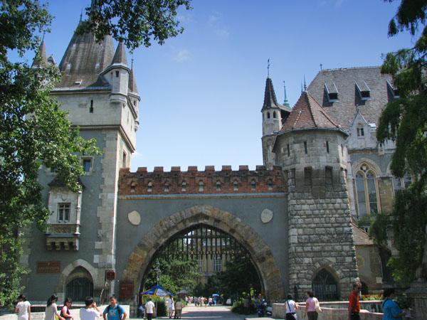 Вход в замок Вайдахуняд, Будапешт / Фото из Венгрии