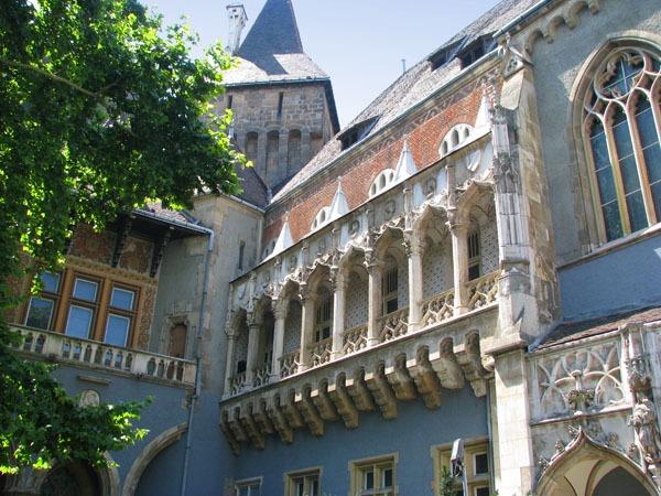 Один из фасадов замка Вайдахуняд в Будапеште / Фото из Венгрии