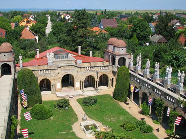 Вид на внутренний двор и балюстрады замка Бори, Секешфехервар / Фото из Венгрии