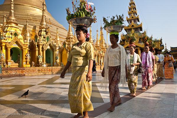 Посетители Шведагона с фруктовыми корзинками на голове, Янгон / Фото из Мьянмы