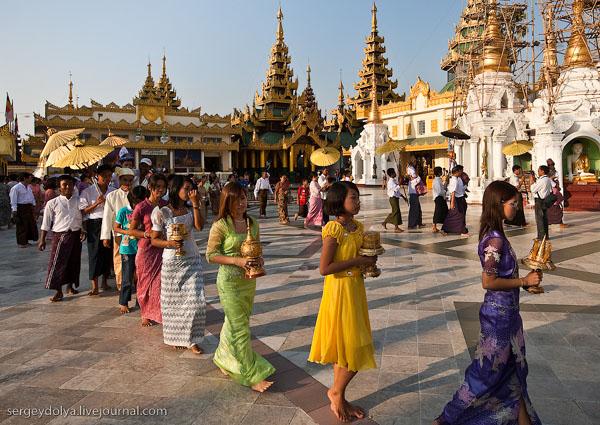 Вереницы посетителей Шведагона, Янгон / Фото из Мьянмы