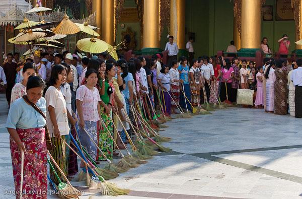 Церемония уборки Шведагона проходит на закате, Янгон / Фото из Мьянмы