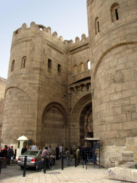 Крепостные въездные ворота Баб Аль-Футух, Каир / Фото из Египта