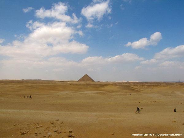 Одна из пирамид Дахшура в пустыне / Фото из Египта