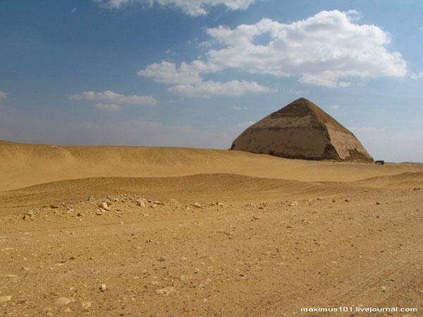 Вид на Ломаную пирамиду в Дахшуре / Фото из Египта