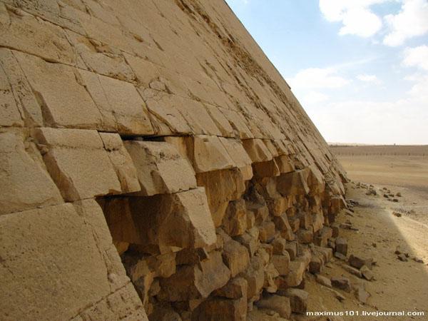 Сохранившаяся облицовка Ломаной пирамиды, Дахшур / Фото из Египта