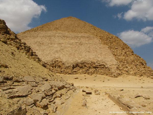 Вид на Ломаную пирамиду от пирамиды-спутника с южной стороны, Дахшур / Фото из Египта