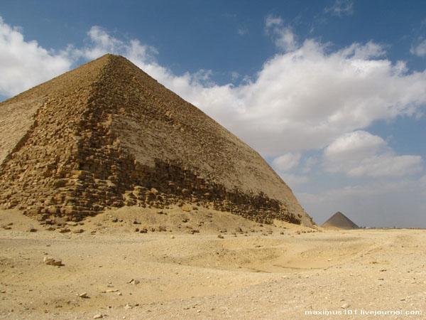 Ломаная и Красная пирамиды в Дахшуре / Фото из Египта