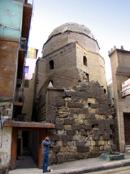 Мавзолей Раджаб Аль-Ширази между жилыми домами, Каир / Фото из Египта