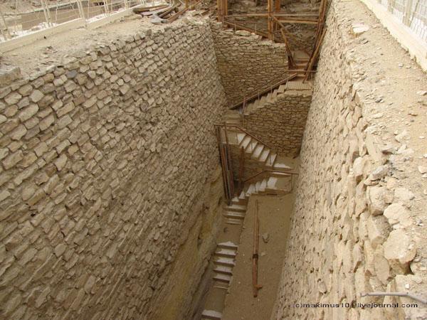 Весь некрополь в Саккаре изрыт шахтами / Фото из Египта