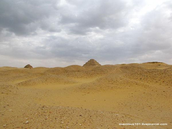 Тучи над пустыней и некрополем Саккары / Фото из Египта