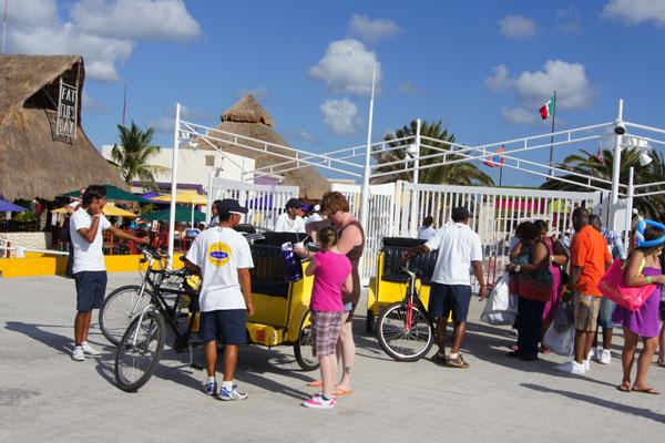 Пассажиры велорикш поднимаются на лайнер вне очереди, остров Косумель / Фото из Мексики