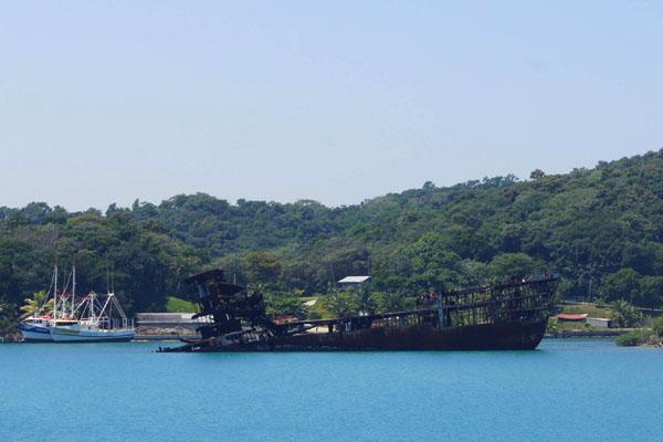Поржавевшее судно у берегов Роатана / Фото из Мексики